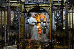 Cérémonie au temple d'or, Patan (Bertrand de Camaret) Tags: door nepal man horizontal asia child ngc lion monk porte asie priest enfant patan puja goldentemple homme nationalgeographic priere moine ceremonie adulte templedor bertranddecamaret