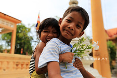 Thng yu [ Loving brother and sister] (pinnee.) Tags: kids children pagoda kid asia cambodia southeastasia cambodian cambodians khmer khmerpeople child mostinteresting siemreap templecity kampuchea khmersmile top200 khmersmiles asiaimages childreninsiemreap southeastasiaimages cityoftemples kampuchean cambodiansmile khmerppl pagodayard