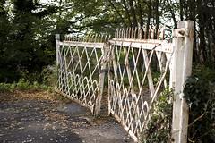 bienvenue (Steph Blin) Tags: white france abandoned rust gate blanc auvergne rouille portail thiers friche