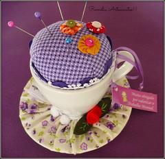 alfineteiro!!! lilás com fuxiquinhos. (romelia.artesanatos) Tags: alfineteiro agulheirospincushion