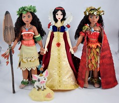 LE Snow White Welcomes the Two LE Moanas Dolls - Full Front View (drj1828) Tags: us disneystore moana limitededition doll 16inch second edition 2017 purchase deboxing 2016 snowwhite 17inch 2009 greet welcome