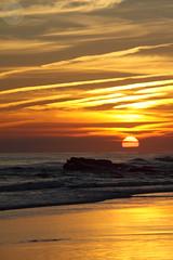 (Estorbin) Tags: sol mar amanecer rocas orilla