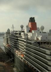 Cruiseship Queen Elizabeth (mennomenno.) Tags: building rotterdam remkoolhaas kopvanzuid gebouw cruiseschip derotterdam hollandamerikakade cruiseshipqueenelizabeth vanafdenegendeverdieping takenfromtheninthfloor