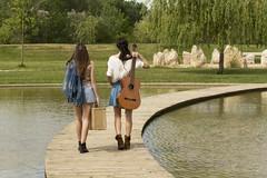 Con la música a otra parte (kinojam) Tags: bridge girls portrait music lake verde green canon puente lago kino guitar retrato guitarra models modelos musica chicas canon60d kinojam