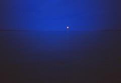 Bilder vom Meer (H.-P.Klehe) Tags: ostsee eckernfrde langzeitbelichtung blauestunde mondaufgang voigtlnderbessa agfacrome400