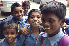 A chewing gum in Delhi (Olga Pibars) Tags: street blue india smile kids children child delhi happiness nios laugh chewinggum newdelhi nuevadelhi