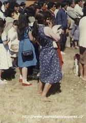 Una mujer a pie descalzo, usual en las islas del Archipiélago de Chiloé. Isla de Lin-Lin, Achao, Archipiélago de Chiloé, X Región, marzo de 1987.