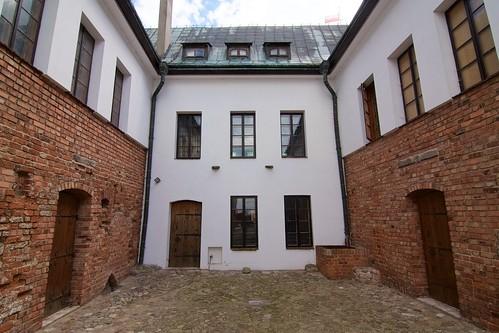 Dziedziniec między budynkami zamku w Gosławicach