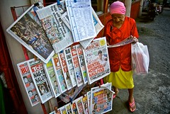manila2013_006 (calvinistguy) Tags: people urban asian reading newspaper asia philippines streetphotography manila filipino pinoy calvinistguy