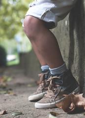 Pantalons curts i els genolls pelats . (idni . idniama) Tags: autumn boy fall leaves nikon shoes legs bokeh otoño moment esperando niño gettyimages piernas 2013 gettyimagesiberiaq3