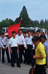 A flirt on the street (Frühtau) Tags: street city girls people boys by asian asia flirt north scene korea du east nord pyongyang dprk passers nordkorea koreé