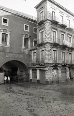 Catania - Pescheria ([Giovanni] non-atipac) Tags: street film home architecture analog photography 28mm olympus mc 200 sicily roll om agfa rodinal development zuiko f28 catania 135mm om30 fomapan