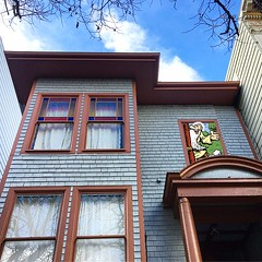 705 Clayton Street is the least ornate house on the block but it happens to be where #robertcrumb lived when he was making and selling the first issue of Zap Comix (seanflannagan) Tags: robertcrumb rcrumb undergroundcomix comics cartoonists haightashbury history walkingtour sanfrancisco mrnatural claytonstreet zapcomix