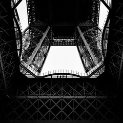 on the first floor. (P. Zimmer) Tags: blackandwhite bw bnw black white schwarz weiss sw schwarzweiss noiretblanc monotone monochrome monochromatic people menschen urban stadt street streetphotography fuji xpro2 pattern light licht shadow schatten paris france eiffel tower turn tour