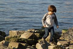 Skippin rocks (dau ) Tags: sun fall sol water kid agua rocks dumbo otoo nio piedras brooklynbridgepark