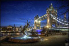 Tower Bridge (Scape) Tags: uk bridge blue england sculpture london tower fountain thames architecture night river evening twilight tour riviere hour londres pont angleterre soiree fontaine nuit hdr crepuscule heure bleue royaumeuni tami