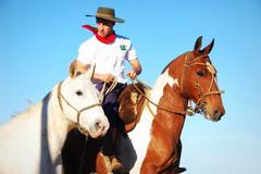 Num pingo bueno... (Eduardo Amorim) Tags: brazil horses horse southamerica brasil criollo caballo cheval caballos cavalos pelotas pferde cavalli cavallo cavalo gauchos pferd riograndedosul pampa hest hevonen campanha brsil chevaux gaucho  amricadosul hst gacho  amriquedusud  gachos  sudamrica suramrica amricadelsur boanoite  sdamerika crioulo caballoscriollos criollos   costadoce americadelsud  crioulos cavalocrioulo americameridionale caballocriollo eduardoamorim cavaloscrioulos iayayam yamaiay  otrobesoparati goodnighdearfriend