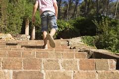 Tesoro #7 {Una vista al ras del suelo} ( Mrs ) Tags: canon children escalera pies verano nio lvm