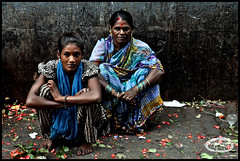 Blue Connection (me&art) Tags: india flower workers mother streetlife maharashtra mumbai dadar vashi smallgirl dadarflowermarket pwoples oldwomanboy