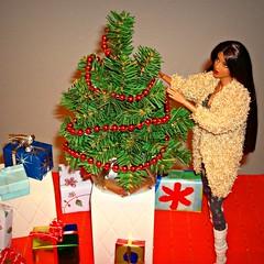 Last preparation (Deejay Bafaroy) Tags: christmas xmas tree weihnachten toys doll ooak gifts gift presents present weihnachtsbaum fr geschenk rare geschenke find weihnacht puppe narayanan integrity isha kalpana rerooted fashionroyalty