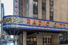 New York City (Edi Bähler) Tags: building perspective structure highrise bauwerk gebäude perspektive hochhaus leuchtschrift schriftzug fujifilmxe1 xf1855mmf284rlmois rockefellercenternewyorklm