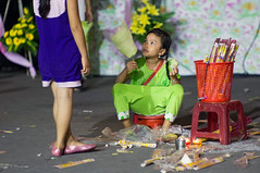 want some? (kuuan) Tags: girls pagoda takumar vietnam m42 mf saigon manualfocus hcmc screwmount chavnhnghim supertakumarf1985mm sellingincense