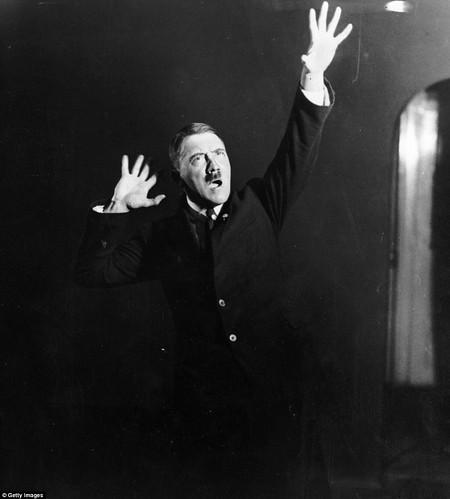 Nhng c ch, 'iu b mnh m, dt khoa't ca Hitler khin cho bi pha't biu ca ng ta c sc thuyt phc v n tdegreesng hn vi mi ngdegreesi. Sau ny, trm pha't xt tr nn n. i ting vi k nng hng bin mnh m ca bn th n., From FlickrPhotos