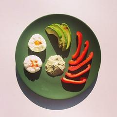 Τα ποσέ αυγά της ακαμάτρας, αβοκάντο, γλυκιά κόκκινη πιπεριά,  ταχίνι με πράσινα μυρωδικά. Variation on the #bacleanse poached eggs, avocado & red bell pepper slices, the greenest tahini sauce. #natachef