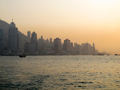 HONG KONG SKYLINE (Parto Domani) Tags: city sunset sea mer sol skyline del skyscraper island hongkong see bay soleil mar town asia tramonto mare sonnenuntergang skyscrapers harbour cove coucher ciudad du hong kong stadt puesta grattacielo  citt rascacielos wolkenkratzer  baia          grattacieli