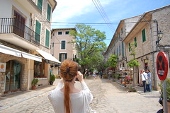 Palma de Mallorca (Michael Retr) Tags: red woman rot girl beauty hair neck de spain nikon dorf village skin d pueblo espanol frau 50 mallorca palma spanien perspektive valldemossa hals haut haar perspectiv