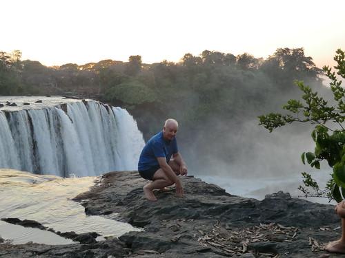 Zambia. Catarata Lumangwe. ... y yo ahí, en el borde de la caída de agua