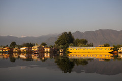 Houseboat - Srinagar - Kashmir - India - Sylvain Brajeul  (Sylvain Brajeul) Tags: voyage travel india mountain montagne asia houseboat asie kashmir srinagar bateau 2012 inde shikara dallake travelphotography cachemire sylvainbrajeul