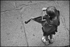 Violin (Ingo Tews) Tags: street bw music white black girl poland violin polen sw musik schwarz gdansk danzig mdchen violine weis strase