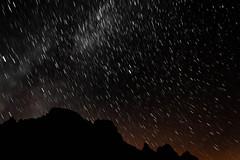 Nos bombardean...! (AnderD3100) Tags: sky night stars noche europa asturias cielo estrellas nocturna refugio montaa picos montaas exposicin naranjo urriellu bulnes d3100