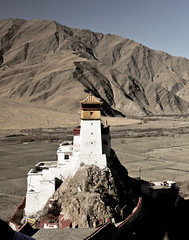 """Beautiful in a stunning location - Yumbulakang Palace, """"The First House of Tibet"""", is an ancient palace in the Yarlung Valley, Nêdong County in the vicinity of Tsetang. (eriktorner) Tags: sun moon temple im symbol top stupa buddhist january buddhism palace tibet kings tibetan chorten civilisation cradle tempel yarlung firsthouse lagang lakang yumbulakang symboler yumbu yarlungriver imsoir yarlungdynasty tibetanempire jumbulakang yumbulagan"""
