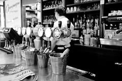 Bar-à-Zinc (Paolo Pizzimenti) Tags: paris film café bar restaurant paolo olympus eiffel croissant f18 arrondissement zuiko omd zinc argentique boisson vente em1 17mm m43 serveur mirrorless xvème dosineau urbainehymnes