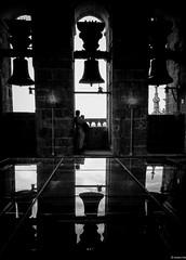 recordando donde tocan las campanas (eMecHe) Tags: espaa amigos blancoynegro miguel familia contraluz lumix arquitectura torre catedral bn personas panasonic campana paseo contraste salamanca vidrio reflejos blanconegro julen 2014 isma embrujo vidrios emeche