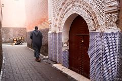 _MG_3691 (JF Marrero) Tags: street door man cat walking calle puerta gato maroc marocco marrakech carro medina mezquita marrakesh marruecos hombre carretilla caminando relieve chilaba portón