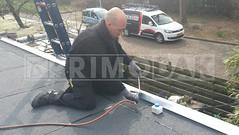 Dakdekker: Dakdekker Rudy heeft na het aanbrengen van de dakbedekking de dakranden voorzien van een zinken daklijst. Deze daklijst is gemonteerd met klangen en de overlapsnaden worden waterdicht gesoldeerd