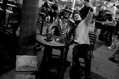 una selfie con Gardel (pablovignali) Tags: bw byn uruguay photo foto montevideo gardel uy selfie morales 2015 saravia albertomoralessaravia monumentogardel