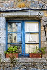Blue window (JC Arranz) Tags: españa flores verde azul ventana arquitectura ciudad edificio cataluña reflejos gerona fachada tossademar nikond3200 monimentohistoricoartistico jcarranz