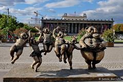 Enjoying a sunny Day of Spring (Sockenhummel) Tags: fatladies lustgarten skulptur xuhongfei fuji x30 fujifilm finepix fujix30 berlin sculptures skulpturen bronze statuen frauen figuren kunst art