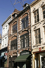 Lille, place des Patiniers, faades (Ytierny) Tags: france vertical architecture shopping commerce place pierre boutique brique lille maison ville faade nord mtropole flandre vieuxlille agglomration patiniers ytierny