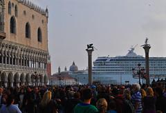 E la nave va... (ziggiotti ivano (Ziggy Stardust)) Tags: laguna teste venezia palazzoducale turisti piazzasanmarco colonne dogi veneto leonedisanmarco lagunadivenezia grandinaviinbacinosanmarco