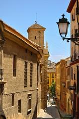 Granada : Calle de la Crcel Alta  - 2/2 (Pantchoa) Tags: street espaa lanterne calle andaluca spain alley nikon farola day streetlamp lamppost granada nikkor andalusia lanterna andalousie lampione linterna plazanueva d90 rverbre 18105f3556 pwpartlycloudy zonaplazanueva calledelacrcelalta