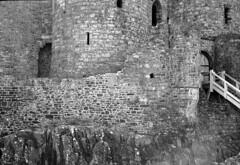2013-07-25 [0.31] Harlech (Reinoud Kaasschieter) Tags: white black monochrome wales unitedkingdom zwart wit weiss schwarz harlech gwynedd verenigdkoninkrijk