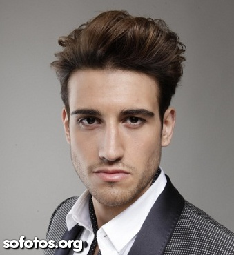 Penteado masculino topete cabelo liso e cheio