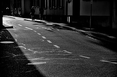 Ecce Lux (italo svevo) Tags: street city light shadow blackandwhite sun blancoynegro luz sol monochrome backlight schweiz switzerland licht soleil nikon europa europe solitude strada quiet shadows suisse lumire cit ombra cities ciudad sombra basel ombre stadt pace luci monochrom nikkor sole asphalt svizzera schwarzweiss rue sonne asfalto schatten sombras contrasts bianconero luce biancoenero controluce citt gegenlicht ombres contrastes stille solitudine contrasti basilea quiete monocromatico tranquillit asphalte d7000
