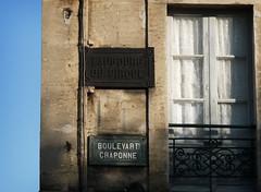 (Markus' Sperling) Tags: france window ventana calle boulevard finestra rue arles cortinas francia fachada placa carrer visillos