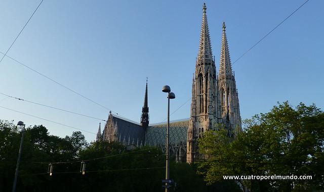 La catedral vista desde un parque cercano